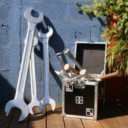 Clés plates et clous géants pour PLV magasin de bricolage