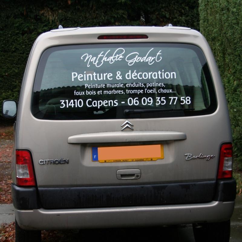 Exemples de réalisations de stickers sur mesure, Publicité adhésive sur vitre arrière de voiture